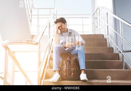 Voyageur à l'aéroport d'attente déprimé après les retards et annulations