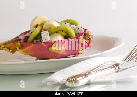 Moitié pitaya avec salade de fruits Banque D'Images