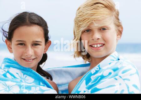 Les enfants en vacances sur la plage Banque D'Images