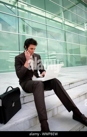 Businessman assis sur les mesures travailler