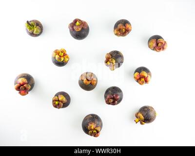Fruits tropicaux isolés. mangoustans isolé sur fond blanc, le mangoustan propagation Banque D'Images