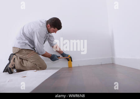 Man laying plancher Banque D'Images