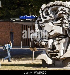 Parler d'écolier sur son téléphone en face de Beethon sculpture à l'hôtel de Beethoven, à Bonn, Allemagne Banque D'Images