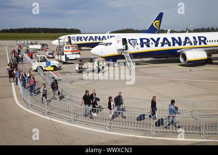 Les voyageurs entrant dans l'aéroport de Francfort-hahn, une machine de Ryan Air, Germany, Europe Banque D'Images