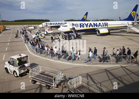 Les voyageurs entrant dans l'aéroport de Francfort-hahn, une machine de Ryan Air, Germanx, Europe Banque D'Images