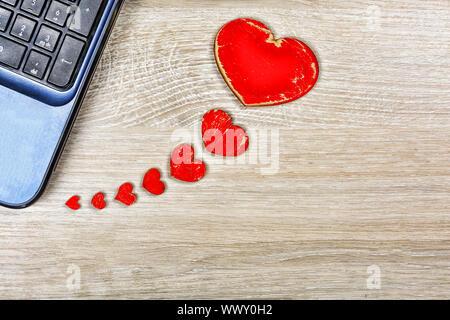 Coeurs rouges sur le bureau 24 est connecté à l'ordinateur. Concept: la Saint-Valentin, message, corr Banque D'Images