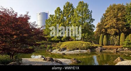Jardin japonais et la Post Tower, Rheinaue, Bonn, Rhénanie du Nord-Westphalie, Allemagne, Europe,