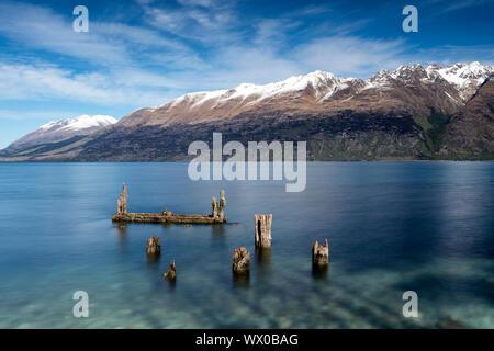 Jetée de pourri, vieux poteaux de bois dans le lac Wakatipu à Glenorchy, Région de l'Otago, île du Sud, Nouvelle-Zélande, Pacifique Banque D'Images