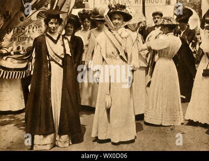 """Sylvain Pankhurst et Emmeline Pethick-Lawrence, Hyde Park, Londres, 21 juin 1908, (1933). Les militants au suffrage britannique Sylvain Pankhurst (1880-1958) et Emmeline Pethick-Lawrence (1867-1954) lors d'un rassemblement sur le thème """"Women's Sunday'. Les suffragettes ont protesté par l'action directe et la désobéissance civile, l'atteinte au suffrage partiel en 1918. Ce n'est qu'en 1928 que toutes les femmes enfin gainied le droit de vote. Le Pageant de """"du siècle"""". Odhams Press Ltd, [1933]"""