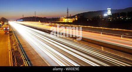 Strie de lumière des voitures sur l'autoroute A2 et le couvre-chef de Prosper Haniel, Bottrop, Allemagne, Europe Banque D'Images