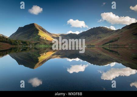 Réflexions sur une parfaite dans la paisible Buttermere Lake District National Park, UNESCO World Heritage Site, Cumbria, Angleterre, Royaume-Uni, Europe