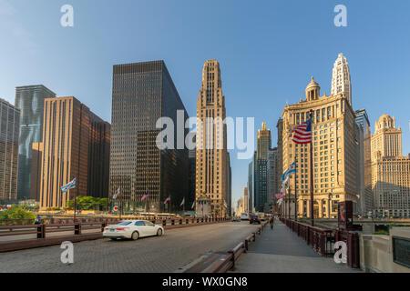 Tôt le matin voir des gratte-ciel et la circulation sur le pont DuSable, Chicago, Illinois, États-Unis d'Amérique, Amérique du Nord