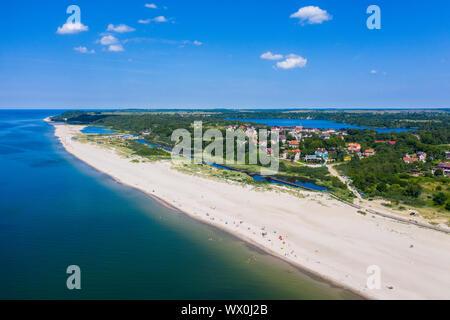 Drone aérien par de la plage de sable blanc de Yantarny, Kaliningrad, Russie, Europe
