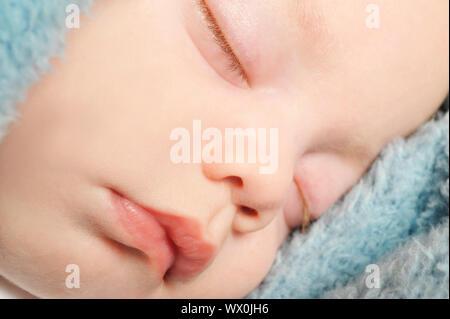 Adorable petit bébé dormir paisiblement sur une couverture Banque D'Images