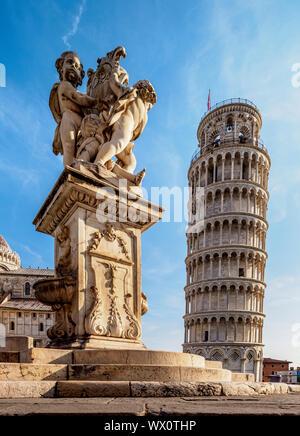 Fontaine de Putti et de la Tour de Pise, la Piazza dei Miracoli, UNESCO World Heritage Site, Pise, Toscane, Italie, Europe Banque D'Images