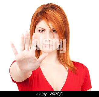 Femme montrant un panneau d'arrêt