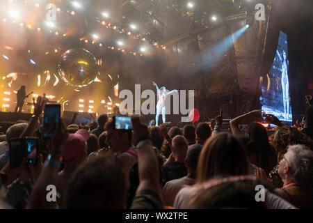 2019, 4 août: Jessie Jay effectue à Preston Park, Brighton, UK at Love BN1 Fest Banque D'Images