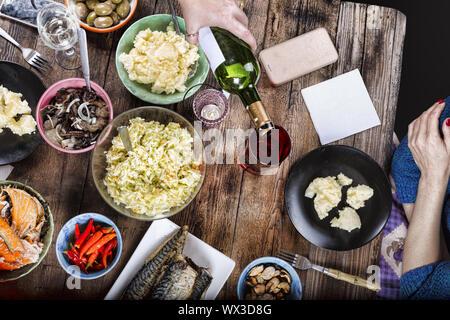 De grâce, table pour le dîner, des plats variés, ambiance familiale Banque D'Images