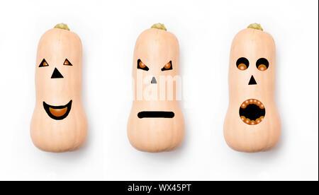 Trois citrouilles avec différents visages sur fond blanc. Concept pour l'halloween. Banque D'Images