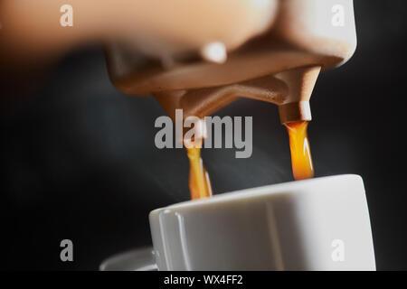 Macro photo d'expresso frais dans une machine à café. Le petit-déjeuner Banque D'Images