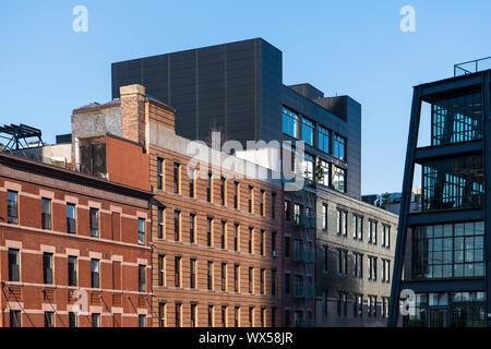 Les bâtiments en briques anciennes en contraste avec l'architecture moderne en verre et acier près de la ligne élevée à New York City Banque D'Images