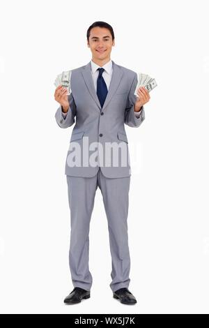 Portrait d'un homme avec beaucoup de dollars contre fond blanc