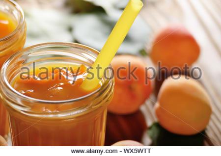 Smoothie à l'Abricot en pot Mason sur table en bois Banque D'Images