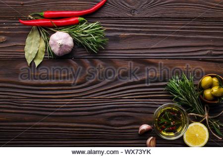 Mise à plat d'arrière-plan alimentaire cadre fait d'huiles condiments et épices sur table de cuisine. Concept de cuisson avec copy-space Banque D'Images