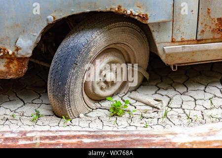 Vieille voiture dans la boue Banque D'Images