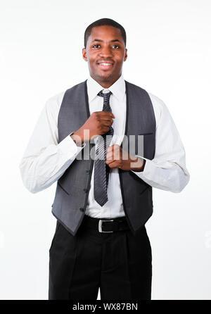 Young attractive woman Afro corrige une cravate et regardant la caméra Banque D'Images