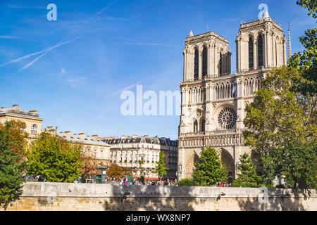 PARIS, FRANCE - 02 octobre 2018: la cathédrale Notre dame par beau jour d'automne à Paris