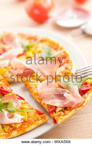 Photo prise de la pizza sur la plaque Banque D'Images