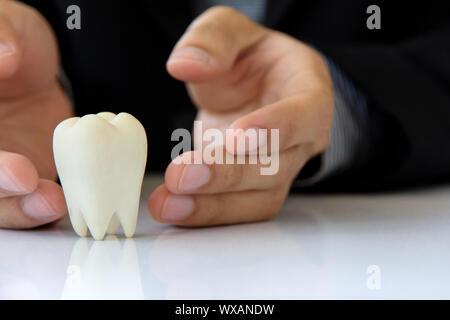 Main tenant,concept dentaire molaire Banque D'Images