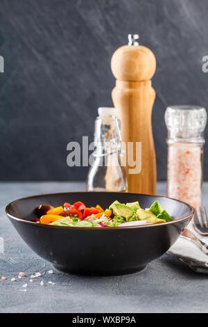 Bol bouddha vegan. Salade végétarienne saine avec des tomates cerises, concombre, radis, avocat, et de la laitue. Banque D'Images
