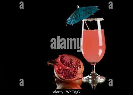 Cocktail de couleurs vives avec réflexion et fond noir