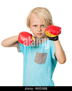 Un jeune garçon sérieux et déterminé boxing et regardant la caméra. Isolé sur blanc. Banque D'Images
