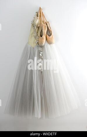 Robe de ballet et les pointes accroché au mur. Banque D'Images