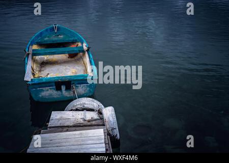 Petit bateau de pêcheur d'aviron en bois bleu Banque D'Images