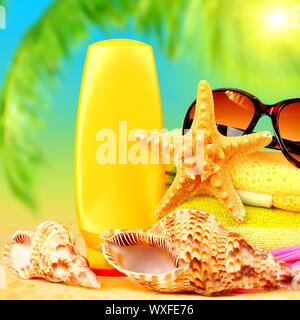 Encore gros plan de vie accessoires de plage sur la mer, la détente en plein air au tropical resort de luxe, un spa de jour, bronzage et lunettes de summertime holida Banque D'Images