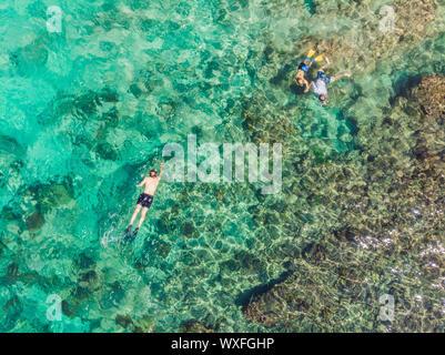 Couple en apnée dans le bleu de la mer de corail et l'océan Vue de dessus de l'antenne d'arrière-plan Banque D'Images