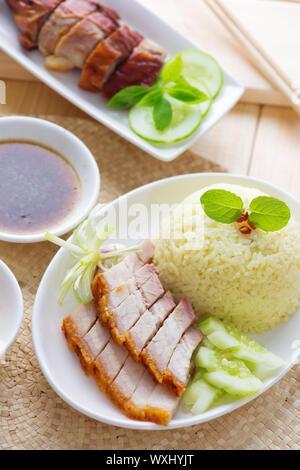 Siu Yuk ou croustillant de lard grillé style chinois et du canard rôti, servi avec du riz vapeur. Singapour cuisines chinoises.