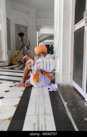 22.07.2011, Amritsar, Punjab, India - dévot Sikh au Golden Temple sanctuaire, l'endroit le plus saint du culte pour les Sikhs. Banque D'Images