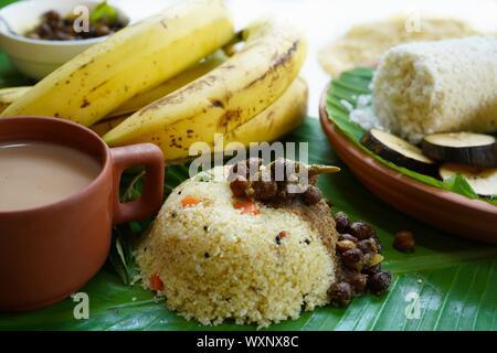 Petit-déjeuner de l'Inde du Sud, Kerala Puttu Upma Rava, banane et thé Banque D'Images