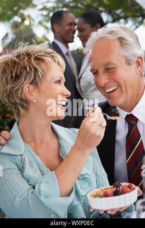 Le partage d'un couple ensemble Dessert Banque D'Images