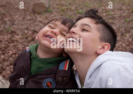 Deux jeunes frères laughing Banque D'Images