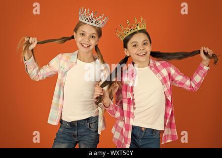 Nous méritons mieux seulement. Filles portent des couronnes. Des enfants gâtés concept. La princesse égocentrique. Les enfants portent des couronnes d'or symbole princesse. Toutes les filles rêvent de devenir princesse. Petite Princesse. Enfance heureuse. Banque D'Images