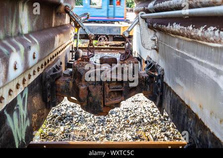 Closeup of Old conteneur mixte sur chemin de fer qui a la rouille. Banque D'Images