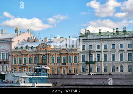 Saint-pétersbourg, Russie, septembre 2019: Façade d'un bâtiment ancien sur la Promenade des Anglais, et le plaisir de la rivière Neva, navires à moteur de tourisme