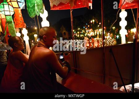 Deux moines Thaïlandais à regarder la cérémonie spirituelle des Bhikkhus de Wat Phan Tao pendant le festival annuel Loi Krathong.Wat Phan Tao, Chiang Mai, la province de Chiang Mai, Thaïlande du Nord, Thaïlande, Asie du Sud, Asie Banque D'Images