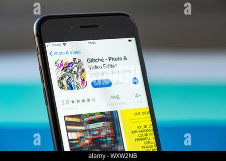 Kiev, Ukraine - le 17 septembre 2019: Apple iPhone 8 smartphone avec Glitché mobile sur l'écran Banque D'Images